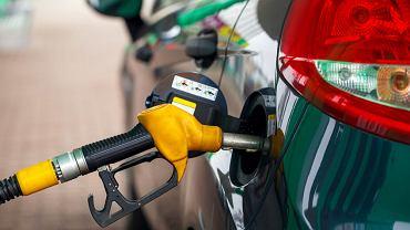 Po wprowadzeniu nowej opłaty emisyjnej, ponad połowę cen detalicznych paliw stanowią podatki.