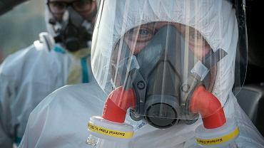 Koronawirus w Polsce. Zespół ratowników medycznych przygotowany do transportu pacjentów