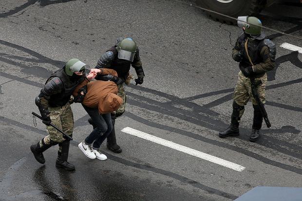 Demonstranci zatrzymani na protestach, są następnie umieszczani w celach, gdzie nie przestrzega się zasad antyepidemiologicznych.