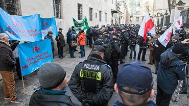 Emerytury mundurowe budzą emocje. Na zdjęciu: Manifestacja przed krakowskim oddziałem IPN za pozostawieniem bez zmian przywilejów i emerytur dla byłych funkcjonariuszy służb mundurowych, 13 grudnia 2016 r.