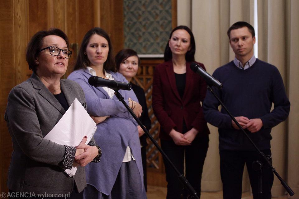 Minister edukacji Anna Zalewska (pierwsza z lewej), karolina Elbanowska (druga z lewej, w ciąży), oraz Tomasz Elbanowski (po prawej) na spotkaniu w MEN. Nowa minister deklaruje cofnięcie zmian dotyczących sześciolatków