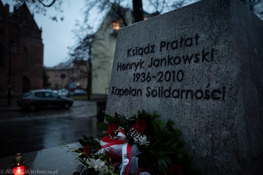 Ustawiony na miejsce cokół - po obalonym pomniku oskarżanego o pedofilię ks. Jankowskiego. Gdańsk, 21 lutego 2019