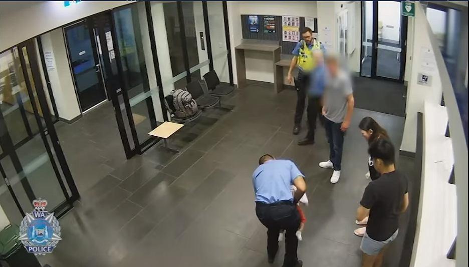 policjant ratuje dziecko