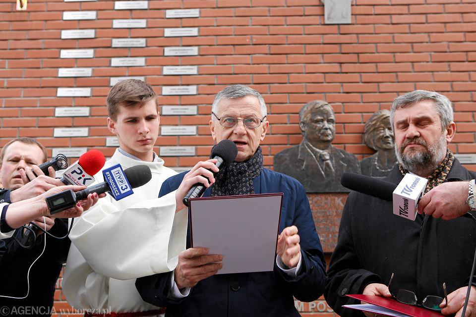 Prof. Andrzej Zybertowicz (w środku) podczas obchodów szóstej rocznicy katastrofy smoleńskiej, Toruń, 9.04.2016