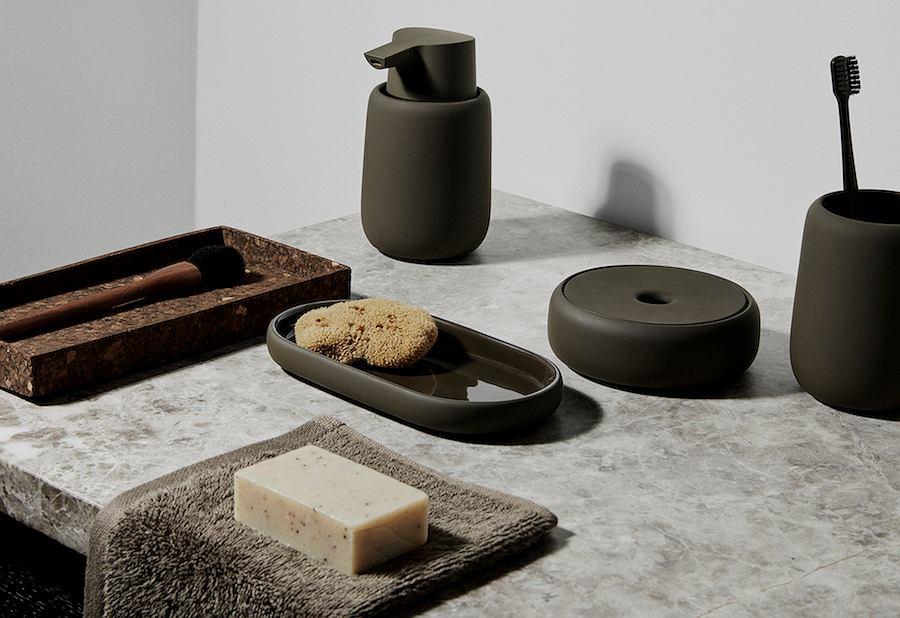 Ceramiczne akcesoria łazienkowe Blomus w stylu Bauhaus