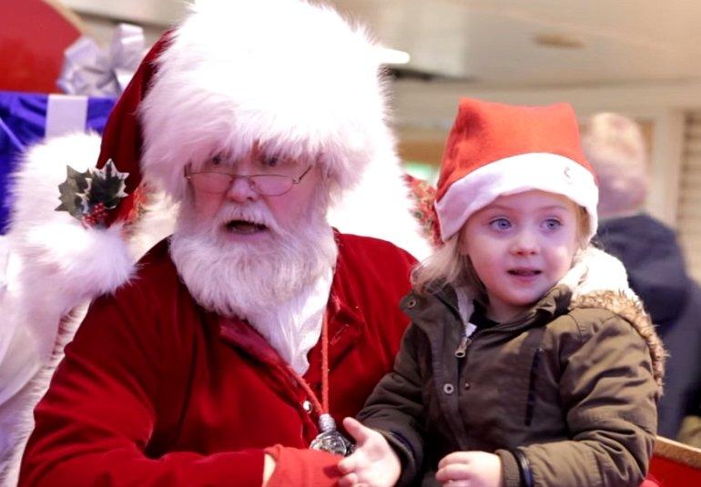Mikołaj i niedosłysząca dziewczynka (fot. Mashup Mark | YouTube.com | kadr)