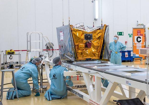Satelita OneWeb przed zamontowaniem na rakiecie Sojuz