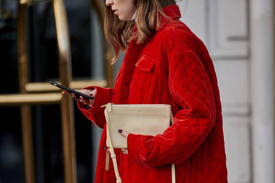 Stylizacja z czerwoną kurtką