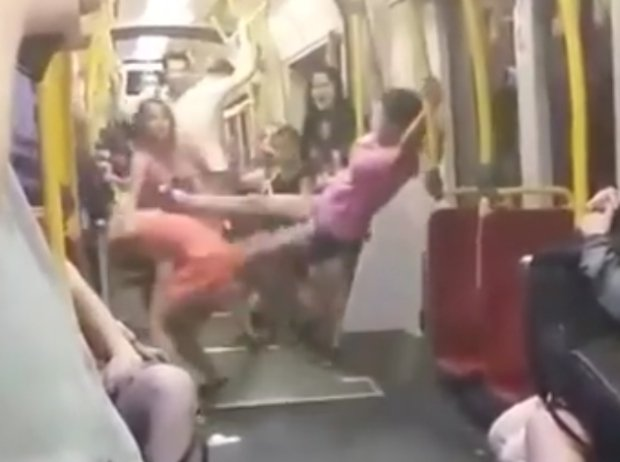 Scena z bójki w warszawskim tramwaju