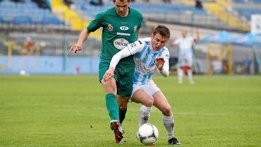 O piłkę walczy Paweł Głowacki
