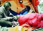 W Himalajach lekarz operuje się sam. Doktor Roslan niczym samuraj wbił igłę prosto w swoje płuco. Weszła głęboko
