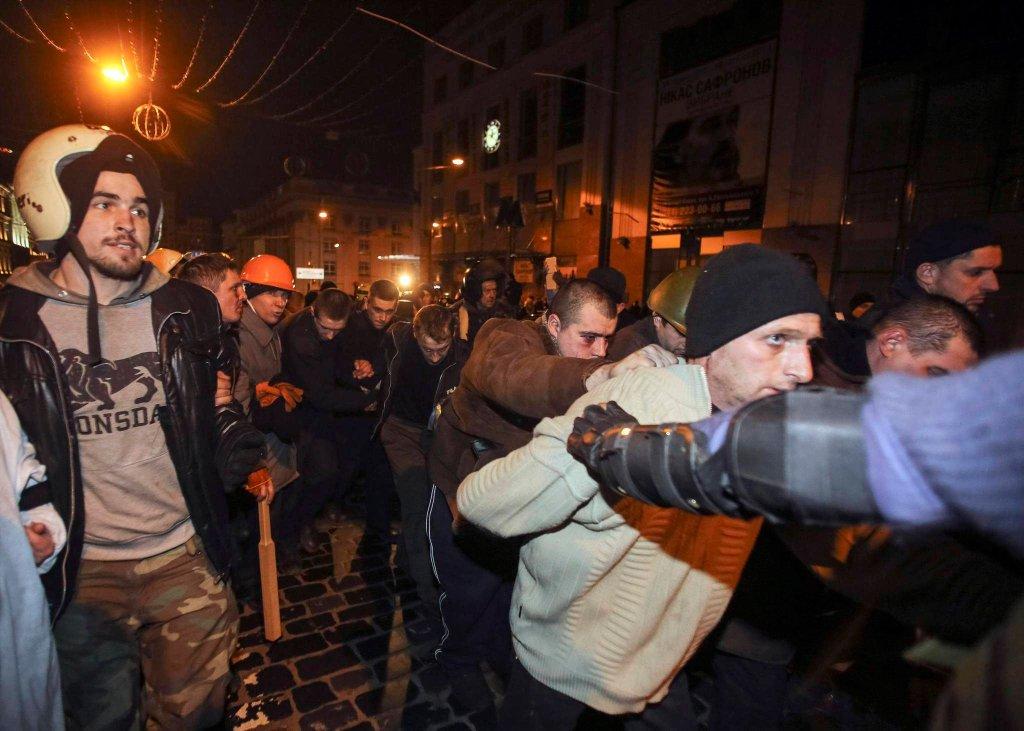 Protestujący przejęli autobus z funkcjonariuszami MSW