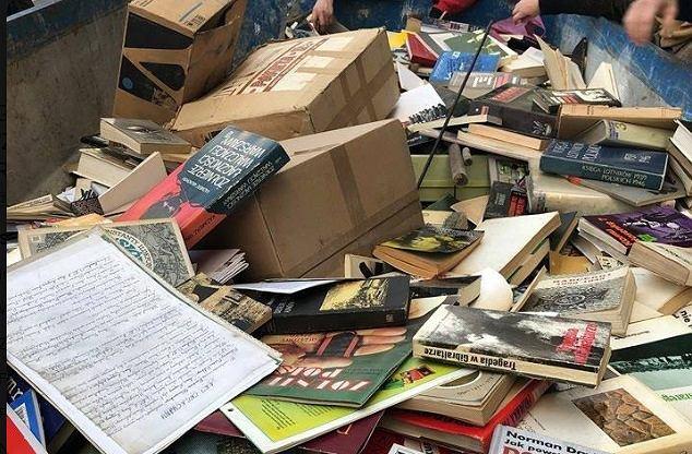 Książki powstańca wyrzucone na śmietnik przy ul. Belwederskiej