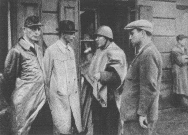 Generał Tadeusz Bór-Komorowski na odprawie na Woli w okolicach fabryki Kammlera . Od Lewej: Major Wacław Janaszek