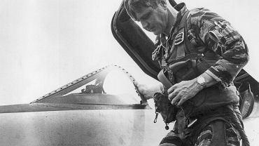 Komandor James Bond Stockdale (1923-2005) spędził w wietnamskiej niewoli ponad siedem lat. Nie złamały go tortury, podtrzymywał na duchu kilkudziesięciu więźniów, potajemnie dostarczał informacji CIA. Jego pomnik stoi przed Akademią Marynarki Wojennej Stanów Zjednoczonych, a po Pacyfiku pływa niszczyciel USS 'Stockdale'.