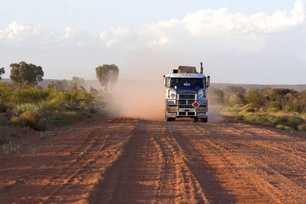 Gaz transportowany pociągiem drogowym. Herrmannsburg, Terytorium Północne, Australia.
