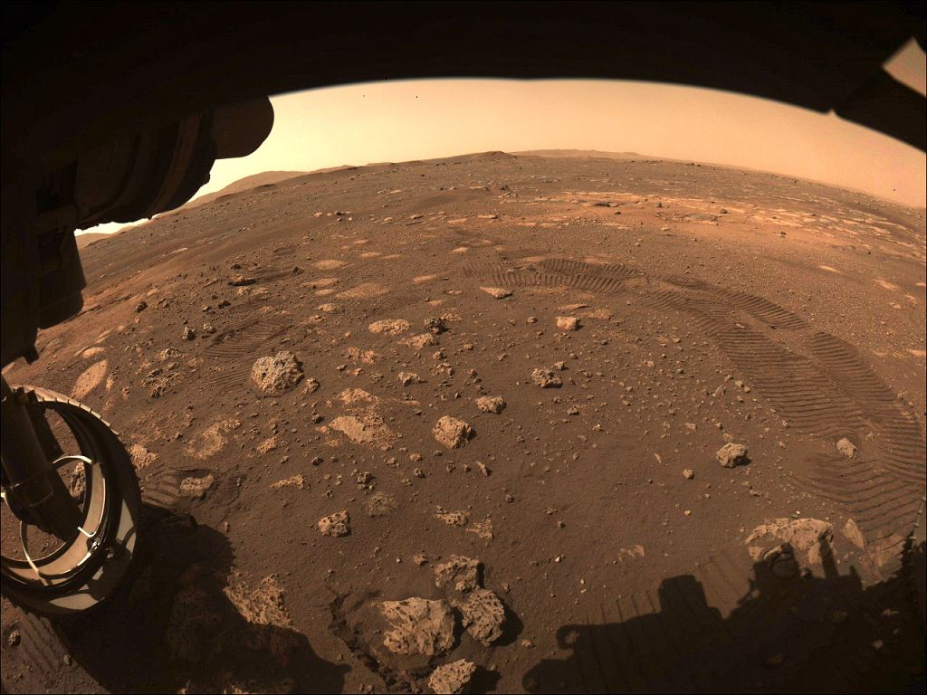 Zdjęcie wykonane przez łazik Perseverance w momencie, gdy pojazd rozpoczął poruszanie się na Marsie