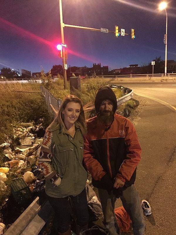 W zamian za bezinteresowną pomoc bezdomnego Johna, Kate zebrała dla niego ponad milion złotych!