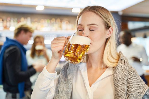 Piwo bezalkoholowe jest dobrą alternatywą dla przyszłych mam? Odpowiadamy, czy można je pić w ciąży