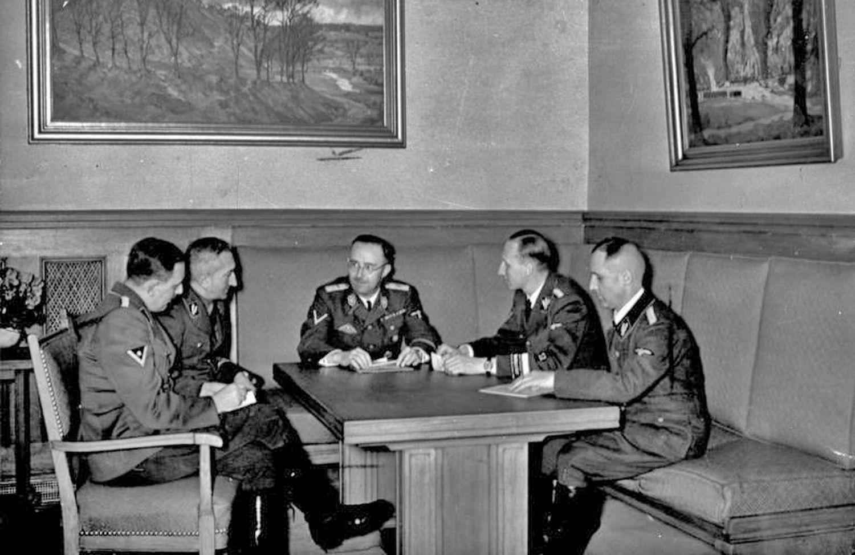 Spotkanie oficerów SS w Bürgerbräukeller. Na zdjęciu m.in. Heinrich Himmler i Reinhard Heydrich (fot. Bundesarchiv / Wikimedia Commons)