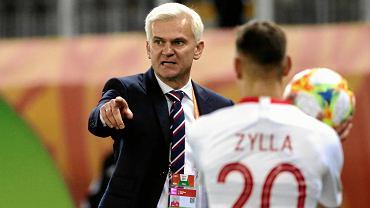 Trener Jacek Magiera podczas meczu reprezentacji Polski U-20. Tyłem Marcel Zylla, dziś piłkarz Śląska