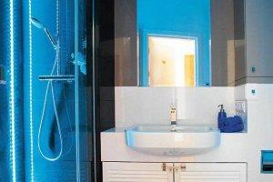 Aranżacje wnętrz: łazienki z mocnym kolorem