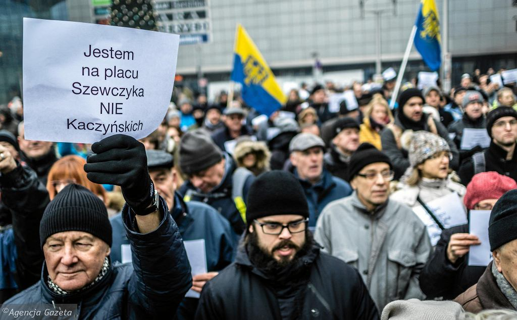 Kilkaset osób protestowało 16 grudnia 2017 w Katowicach przeciwko decyzji wojewody, który zmienił plac Szewczyka w plac Marii i Lecha Kaczyńskich