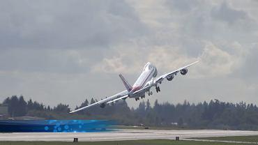 """Samolot """"machający skrzydłami"""" zaraz po starcie"""