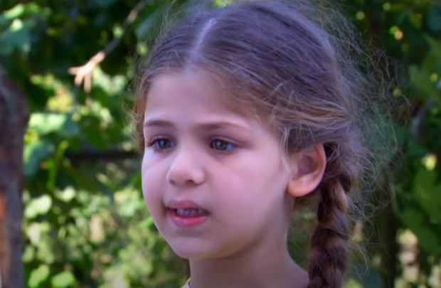 """Turecki serial """"Elif"""" w ostatnim czasie podbija serca widzów w Polsce. W główną bohaterkę wcieliła się Isabella Damla Güvenilir. Jak teraz wygląda?"""