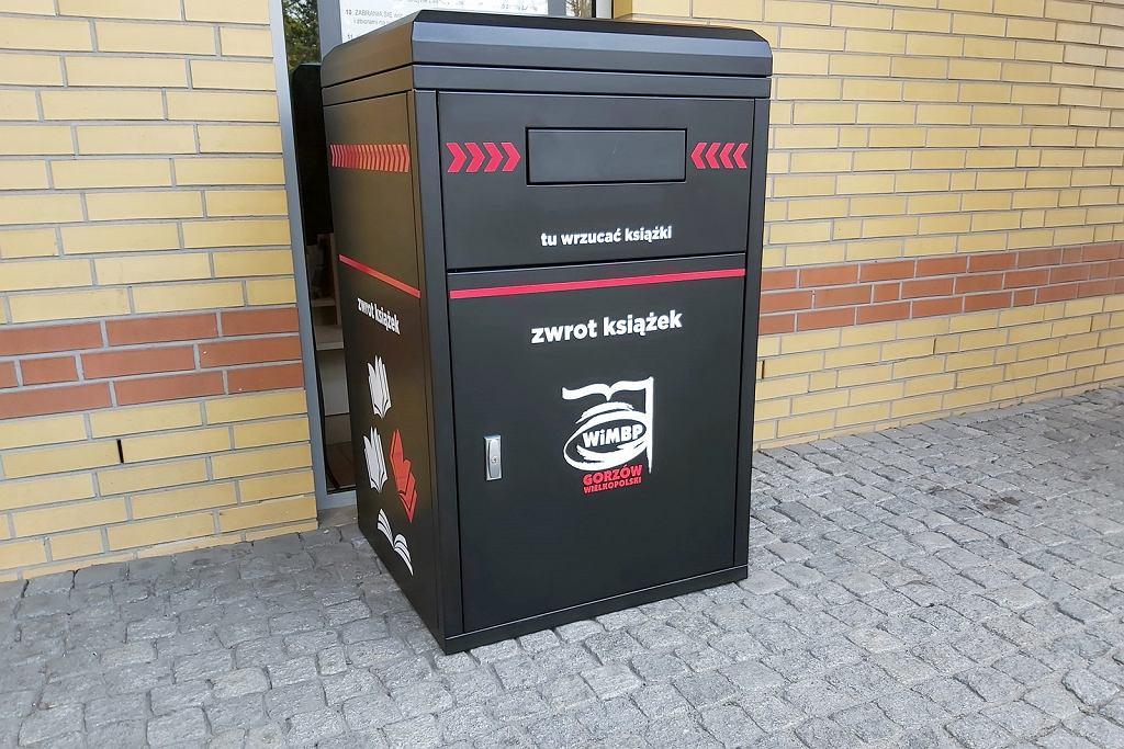 Maj 2021 r. Przed Biblioteką Herberta w Gorzowie stanęła wrzutnia, gdzie przez całą dobę można oddać wypożyczone książki, kasety czy płyty