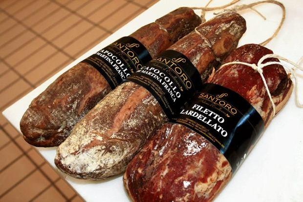 Miasteczko Cisternino, salami produkowane według miejscowych receptur zlokalnych produktów