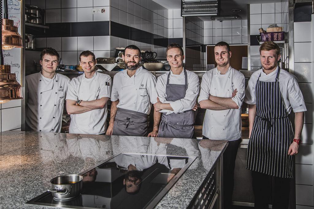 Szef kuchni restauracji Senses Andrea Camastra z ekipą (fot. Albert Zawada / Agencja Gazeta)