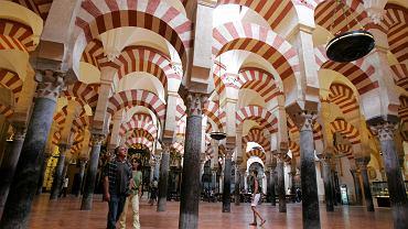Wnętrze wielkiego meczetu w Kordobie, w środek którego po rekonkwiście Kościół katolicki wmontował w XVI wieku katedrę.