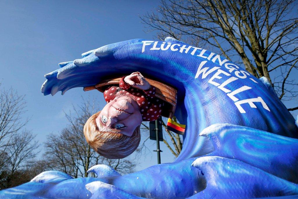 Pochód karnawałowy w Duesseldorfie. Figura przedstawia Angelę Merkel porwaną przez falę, na której napisano: