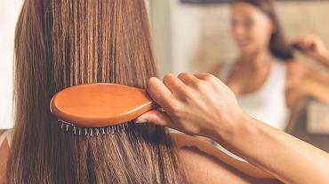 Prosty domowy sposób na lśniące i mocne włosy. Pokochały go nasze babcie