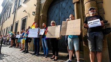 Cichy protest pod krakowską kurią przeciwko słowom abp. Marka Jędraszewskiego o 'tęczowej zarazie'.