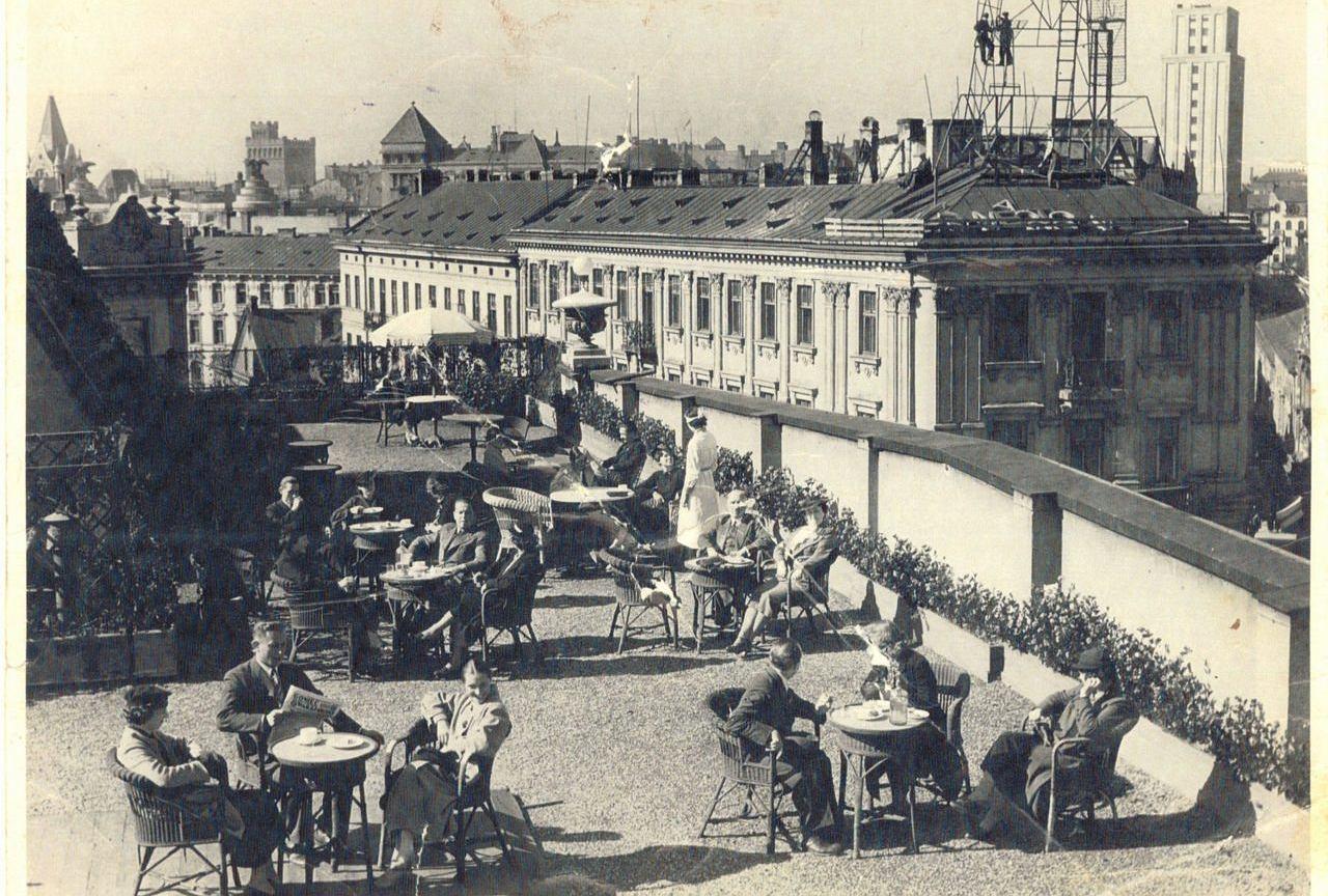 Przedwojenna kawiarnia na dachu Domu Towarowego Braci Jabłkowskich