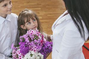 Kwiaty to za mało na koniec roku? Rodzice prześcigają się w pomysłach na prezenty dla nauczycieli