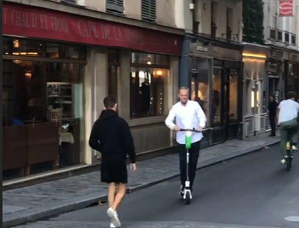 Donald Tusk jeździ po Paryżu hulajnogą