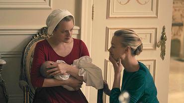 Kadr z serialu 'Opowieść podręcznej'. Serena Joy (Yvonne Strahovski)i jej podręczna Offred (Elisabeth Moss)