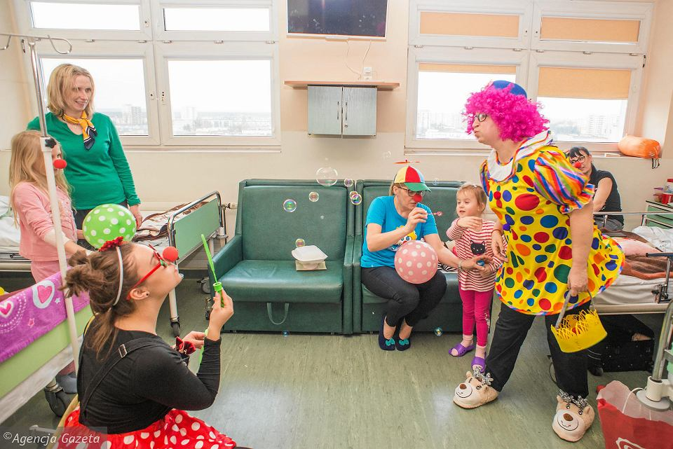 Wolontariusze Fundacji 'Dr Clown' w szpitalu im. Jurasza w Bydgoszczy