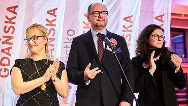 Paweł Adamowicz wraz z żoną Magdaleną Adamowicz, oraz wiceprezydent Gdańska Aleksandra Dulkiewicz w sztabie wyborczym, po pierwszej turze. Gdańsk, 21 października 2018.