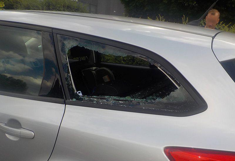 Dwulatka uwięziona w nagrzanym samochodzie na Ursynowie. Strażnicy wybili szybę