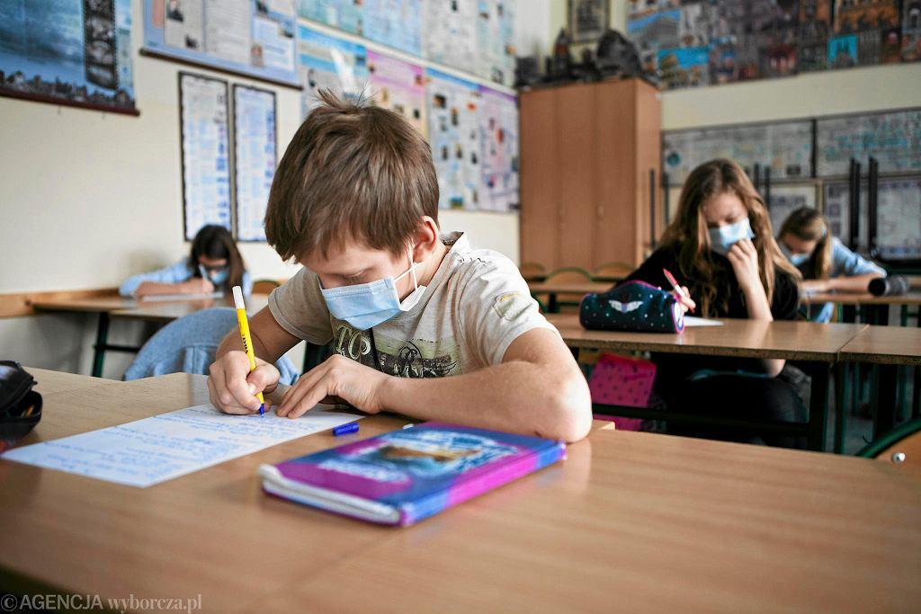 Uczniowie w maseczkach na lekcji