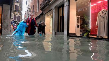 Przez niemal całe północne Włochy przetoczyły się gwałtowne burze, z podmuchami wiatru do 100 hm/h. Co najmniej siedem osób zginęło, głównie wskutek przygniecenia przez drzewa. Poziom wody w Wenecji osiągnął historycznie wysoki poziom.