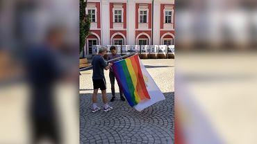 Przed urzędem w Poznaniu zawisła tęczowa flaga
