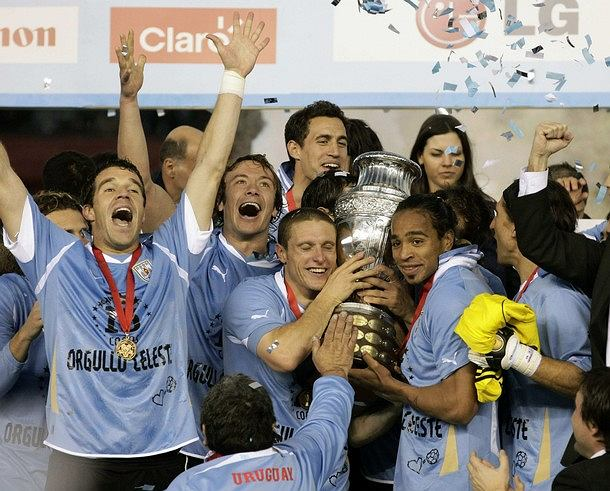 Uruguay's team hold aloft the trophy after they defeated Paraguay in the final of the Copa America in Buenos Aires July 24, 2011. REUTERS/Henry Romero (ARGENTINA - Tags: SPORT SOCCER)