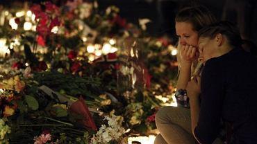 Mieszkańcy Oslo składają kwiaty ku czci zamordowanych w ataku Breivika przez katedrą w stolicy Norwegii (25 lipca 2011)