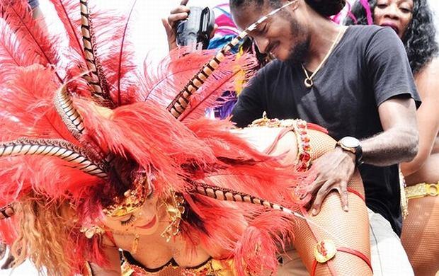 Rihanna wzięła udział w corocznej paradzie na Barbadosie. Piosenkarka ujawniła swoje nieznane oblicze.