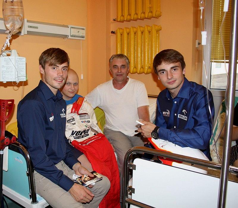 Jakub Przygoński i Kuba Giermaziak na spotkaniu z pacjentami Instytutu Matki i Dziecka w Warszawie zorganizowanym przez Fundację Herosi